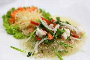 Rice vermicelli with salad and seafood